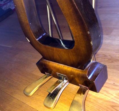 Vad gör pedalerna på en flygel? Vad gör pedalerna på ett piano?